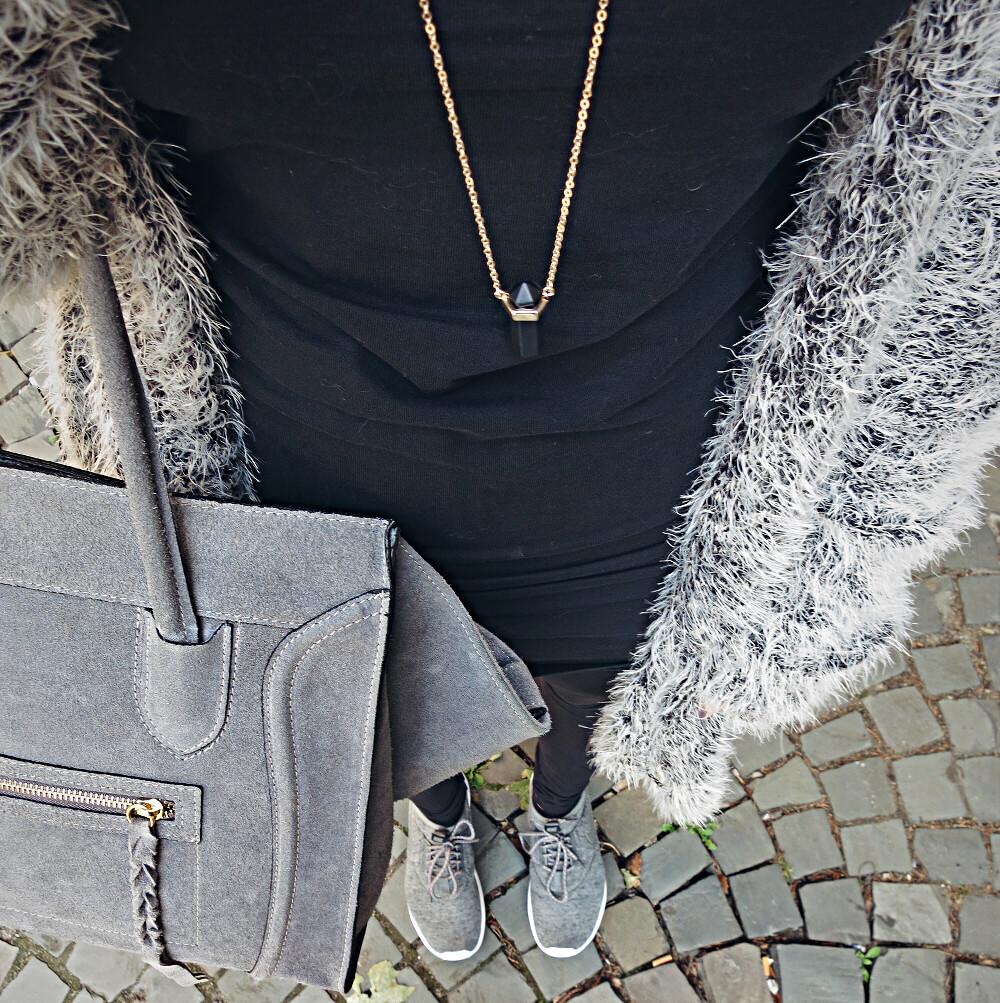 Graue Look mit Handtasche